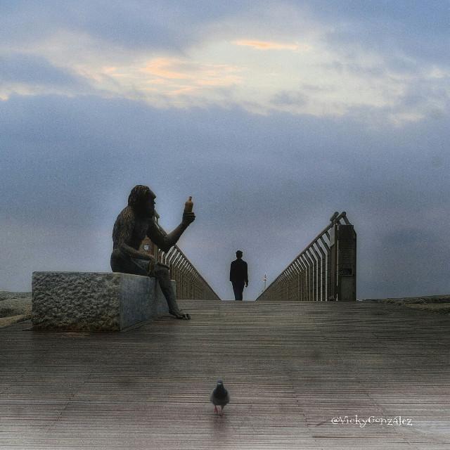 Por que me siento prisionero si soy libre, rehén de las dudas transformadas en barrotes de hierro, en muros levantados por la falta de fe en mis posibilidades, paralizado por miedos convertidos en pesadas cadenas, cautivo en una cárcel imaginaria con las puertas abiertas, sin muros ni techos, quiero volar y ser libre. Y el anciano contestó : 《 Entoces tienes que recuperar las alas que son tus sueños 》.  Javier Iriondo  #emotions #photography  # badalona #pontdelpetroli #unlugarllanadodestino