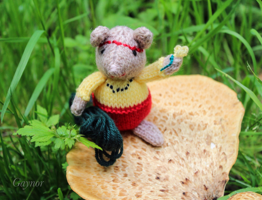 #hippi #mouse carries her #thread everywhere *incase she needs to knit up some flower power. She also likes to be close to a *fun guy* ;)