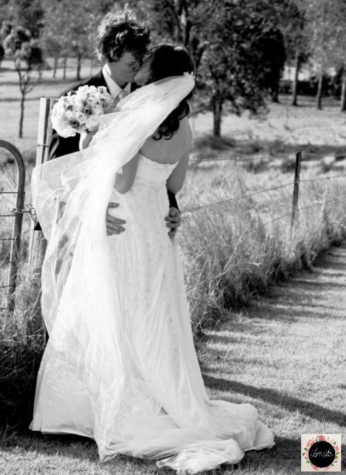 #firstkiss #laurenamiphotographs #friendships #naturallight #groominspiration #groomstyle #quirkyweddingideas #kiss #Australia #bridalbeauty #vail #wow #